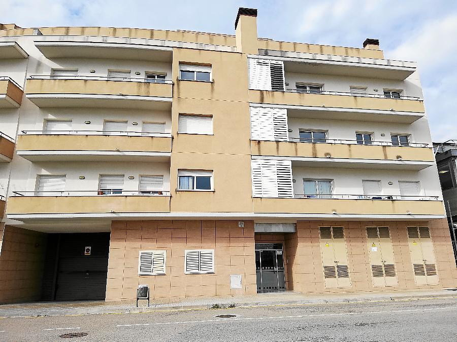 El bloc d'habitatges on viu la família assetjada.
