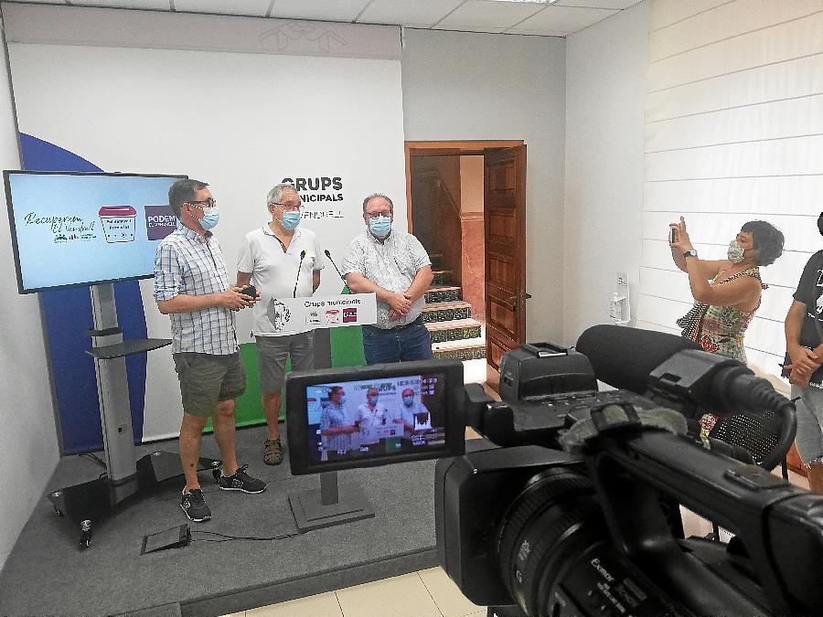 Oscar Blasco (Podem), Josep Maria Llasat (Primàres) i Lluís Navarrete (Som Poble-ERC), en la roda de premsa sobre RTV El Vendrell